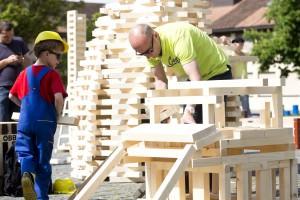 Rankweil 2014 Aktion Vater unterwegs bauen Holzkloetzen  Marktplatz